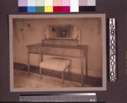 Guest room dressing table.